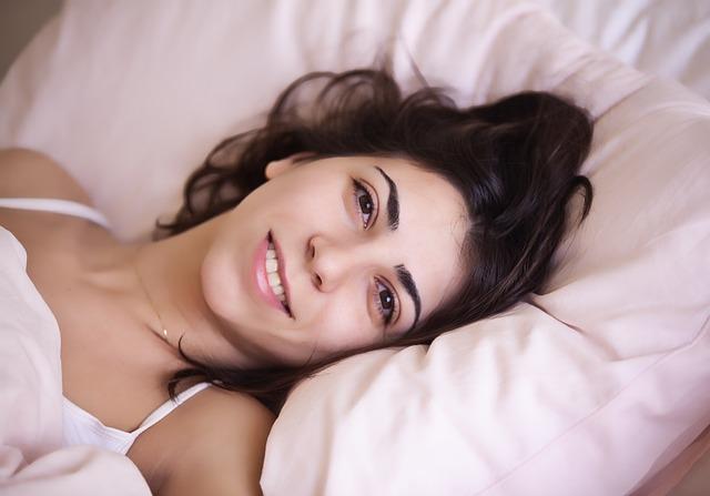 Leżąca w łóżku kobieta