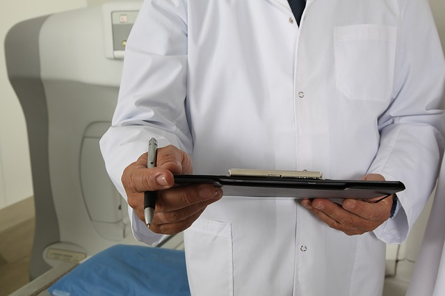 Lekarz z dokumentami