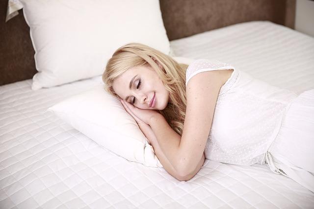 Śpiąca kobieta w łóżku