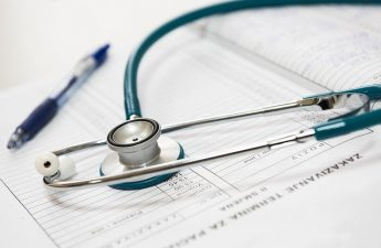 Stetoskop na dokumentach