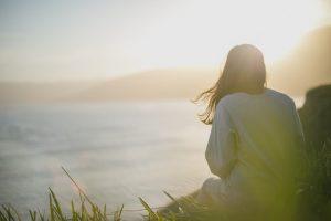Siedząca na trawie kobieta