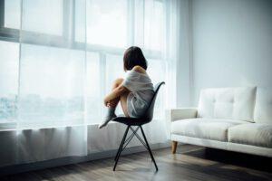 Smutna kobieta siedząc na krześle